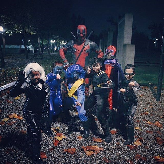 halloween deadpool costume Ryan Reynolds Dressed as Deadpool for Halloween and Posed for Pictures With Kids