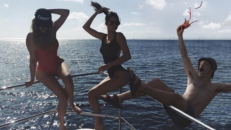 news-photobomb-kendall-jenner-instagram-twin