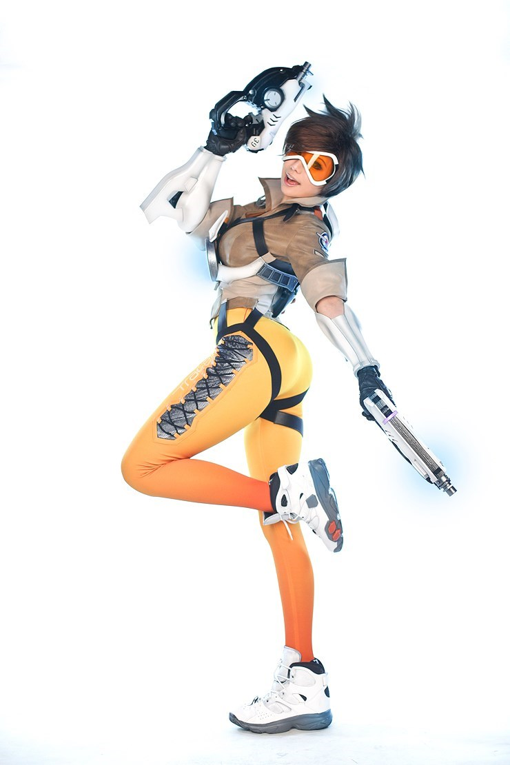Tasha Absolutely Nails the Overwatch Tracer Cosplay Getup
