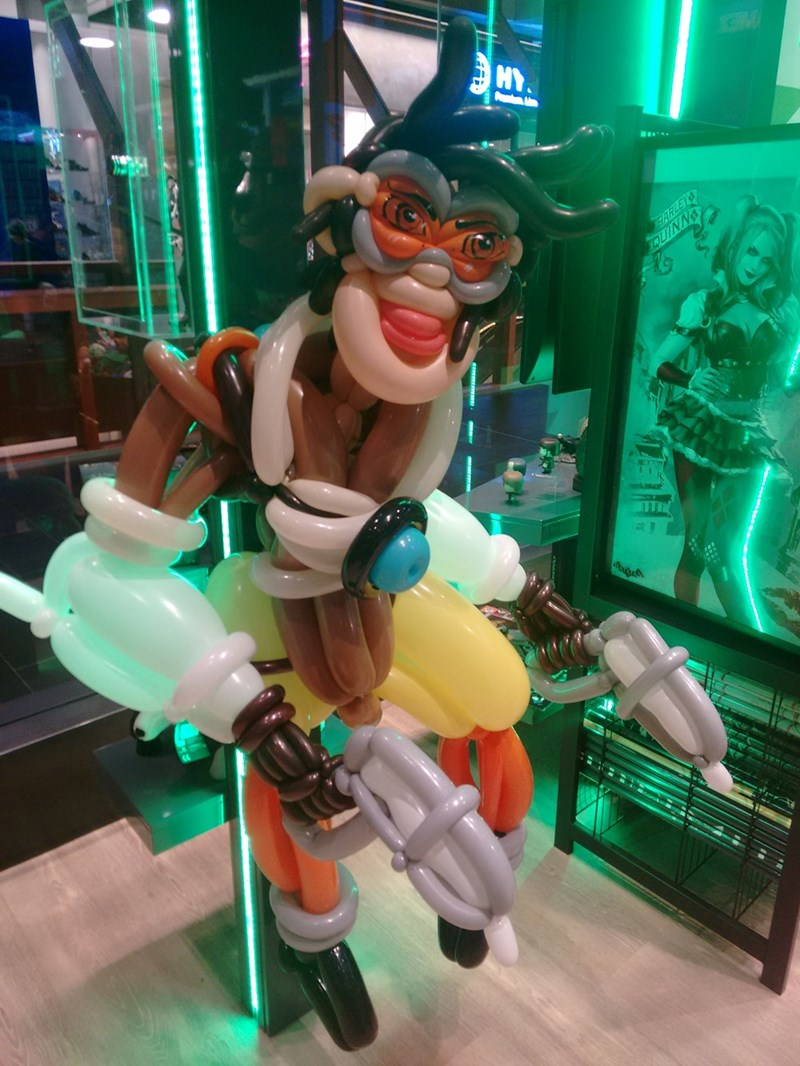 weird-balloon-art-inspired-by-overwatch-featuring-tracer