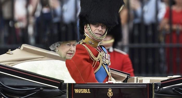queen elizabeth photoshopped - Headgear - INVISIBLE