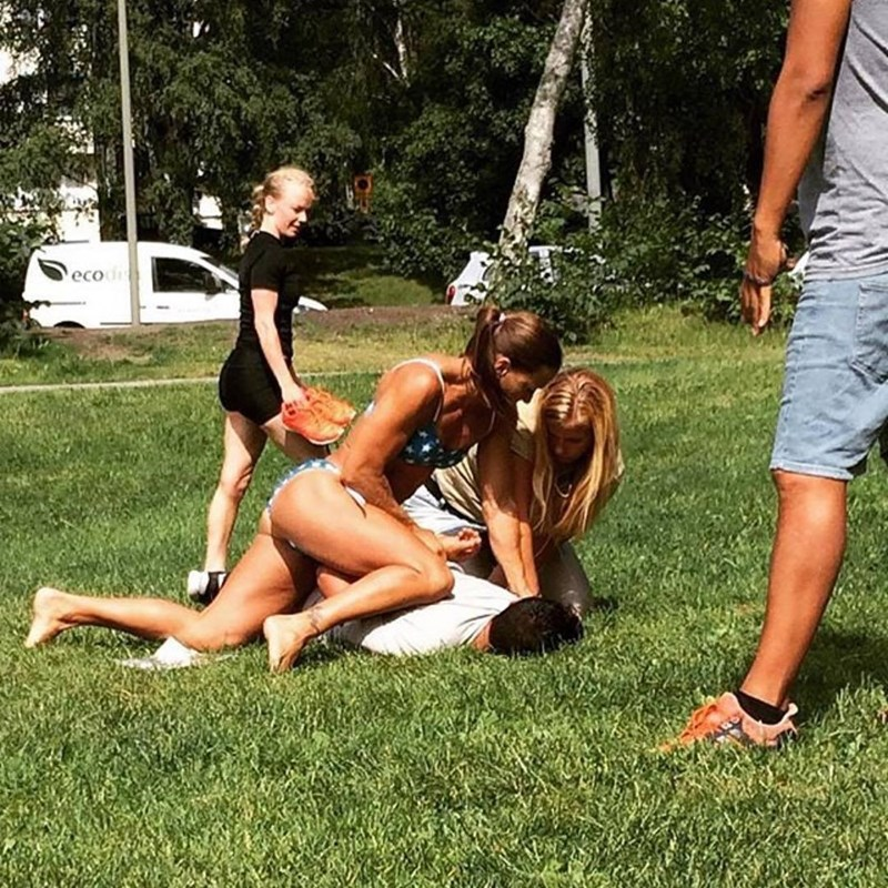 Off-duty police officer Mikaela Kellner was sunbathing with a group of friends in a park in Stockholm when a man stole the phone of one of her friends. After chasing him, she tackled him and pinned him to the ground. A great collar to make dresses in only a bikini!