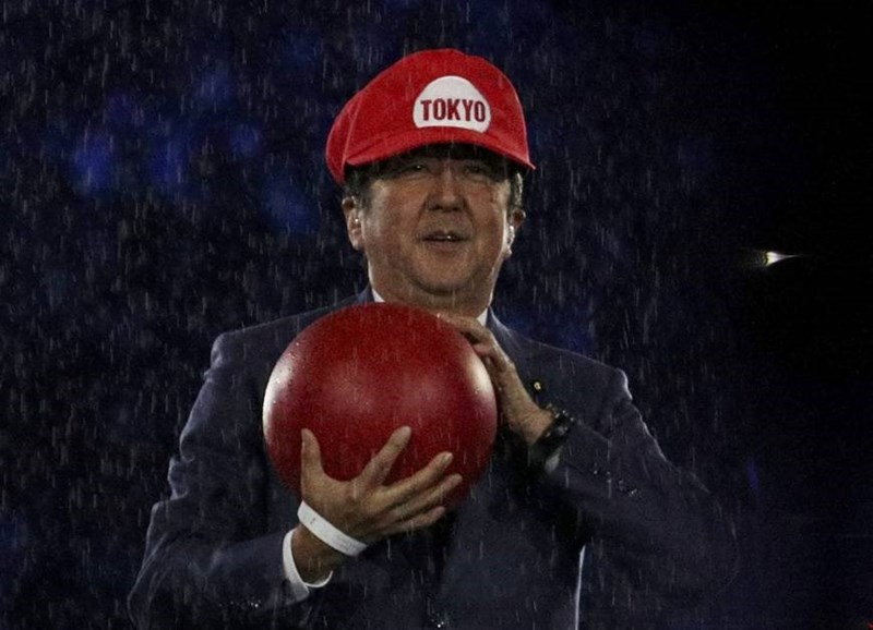 japanese-prime-minister-photographed-wearing-super-mario-hat