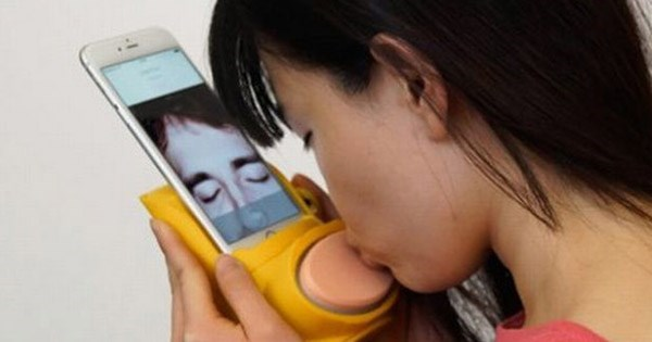 kissenger gadget lets you kiss over the internet and smartphone