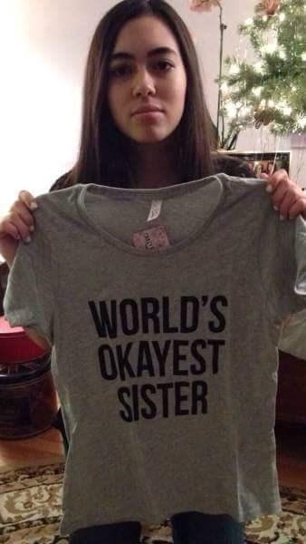 T-shirt - WORLD'S OKAYEST SISTER