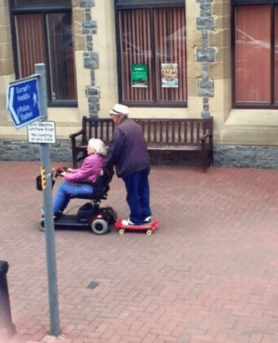 Mobility scooter - Gorsal Hedd Palice Saion yme bryd Noadng tme