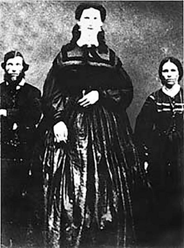 tallest women - Victorian fashion