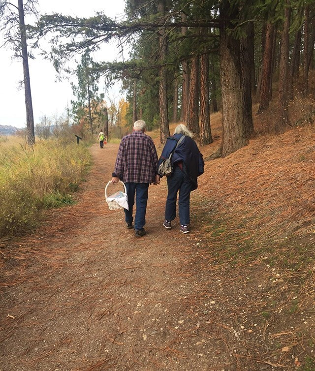 Old couple going on a romantic picnic