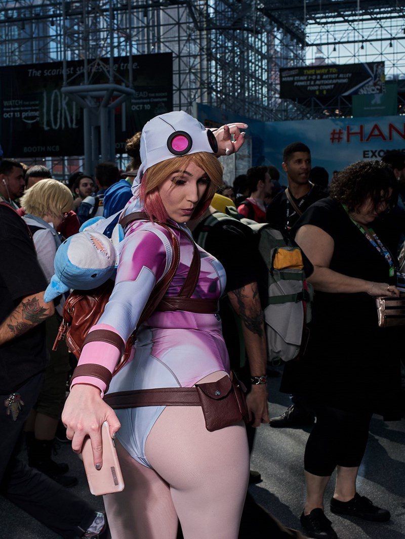 New York Comic Con 2017 girl taking selfie of her butt