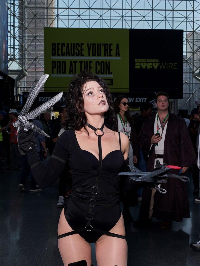 NYCC 2017 cosplaying girl as Edward Scissorhands