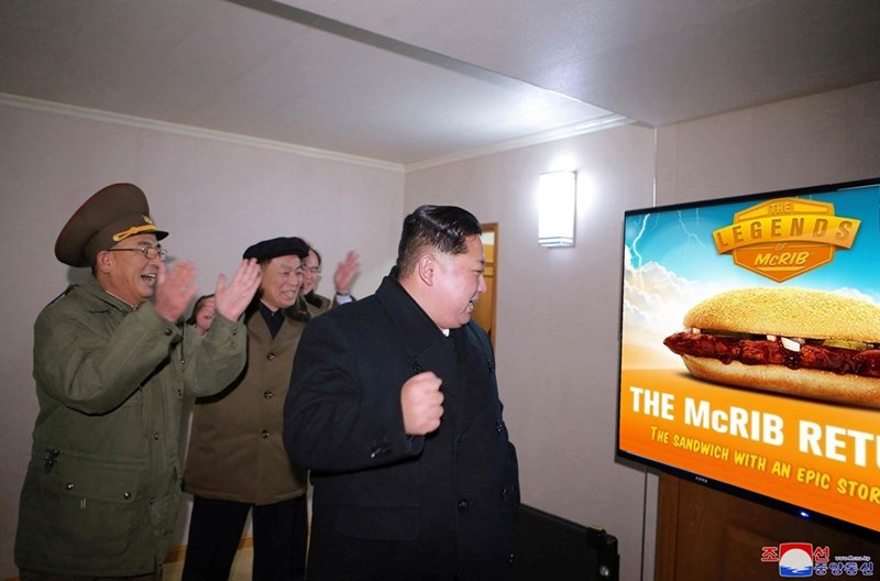 Fast food - THE LEGENDS MCRIB THE MCRIB RET THE SANDWICH WITH AN EPIC STOR afennbo 앙동신