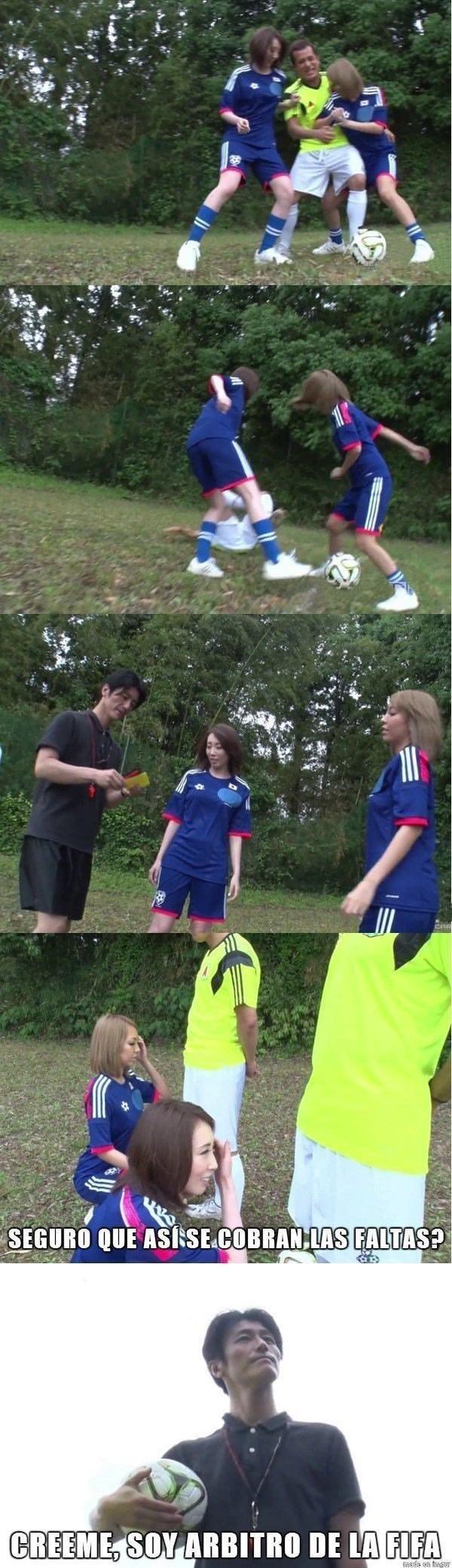dos chicas jugando futbol y arbitro