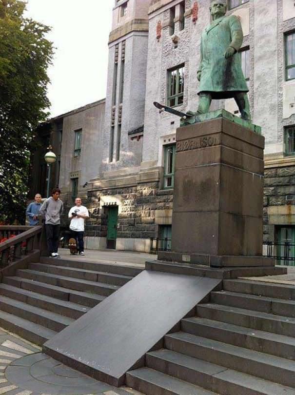 funny vandalism - Statue - EXORASON
