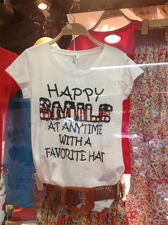 T-shirt - HAPPY AT ANYTIME WITH A FAVORITE HAT