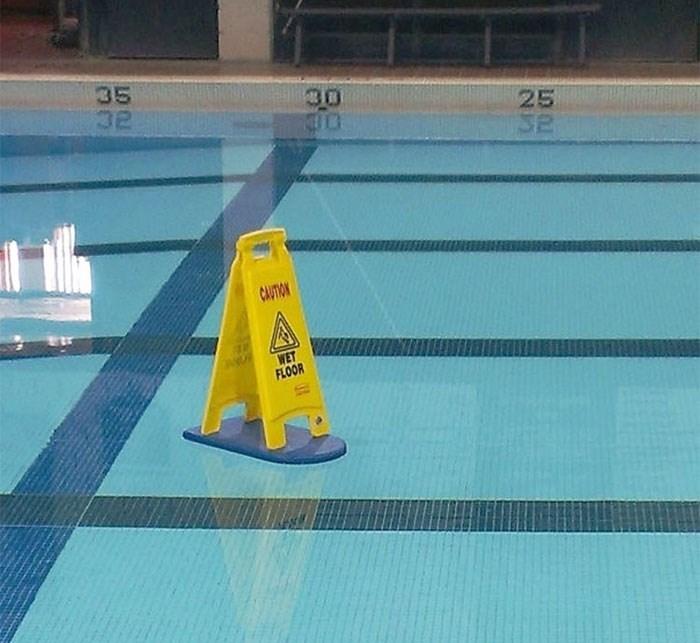 Swimming pool - 35 32 25 Se CAUTION WET FLOOR