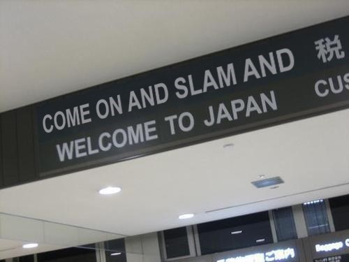Japanese meme with picture of English sign referencing Space Jam