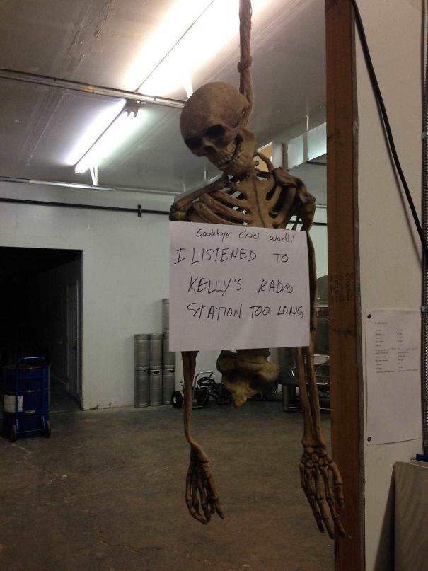 Skeleton - Goods bye chuet wats LLISTENED TO KELLY'S RADO STATION TOO LONG LaL