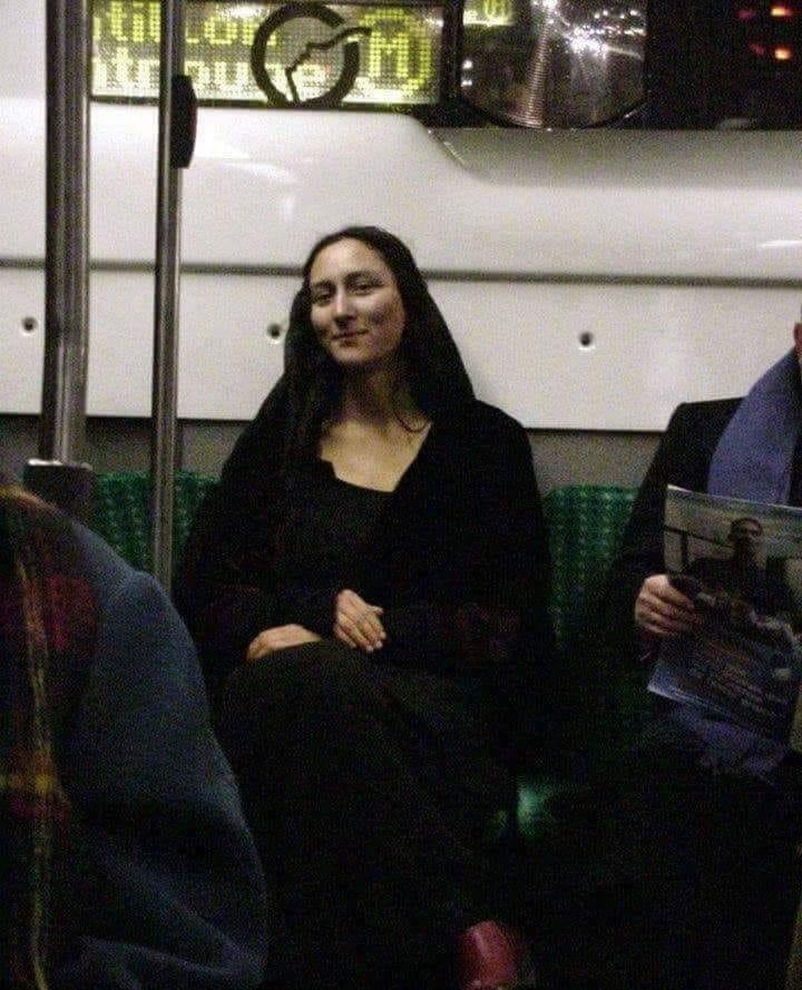 picture of woman in subway looking exactly like the Mona Lisa painting