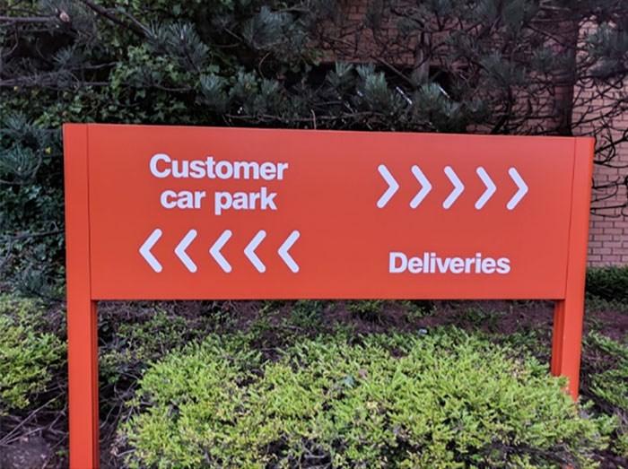 Sign - Customer car park <<<<< Deliveries