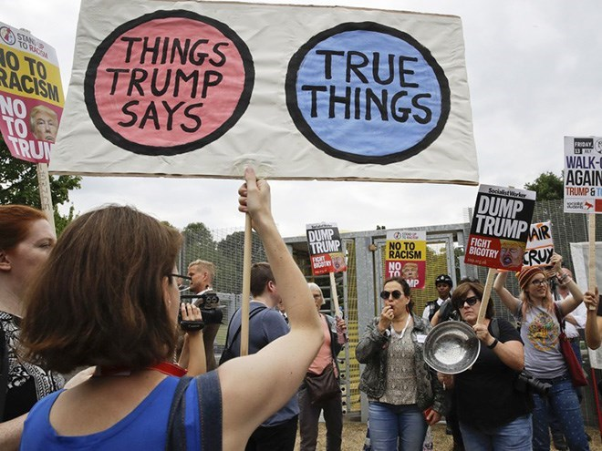 Protest - THINGS TRUMP SAYS TRUE THINGS STAN TO RA AO TO RACISM NO TO TRU FRIDAY 13E WALK AGAIN TRUMP&T Secialistrer DUMP TRUMPAR CRUY FIGHT BIGOTRY DUMP TRUMP NO TO RACISM FICHT NO TO MP