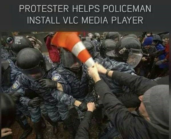 Soldier - PROTESTER HELPS POLICEMAN INSTALL VLC MEDIA PLAYER TOUALLY