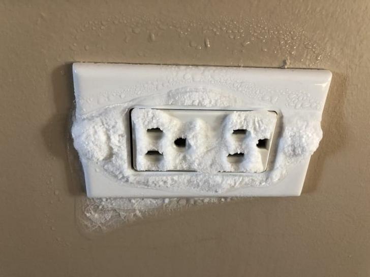 frozen apocalypse - Power plugs and sockets