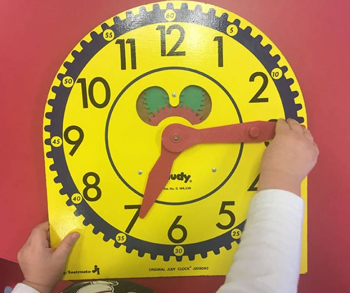 nostalgic pic of an analog clock for learning to read the time
