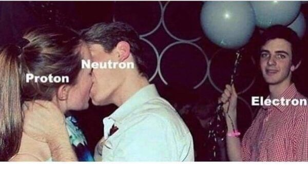 girl and guy kissing at party and nerdy guy standing behind them holding balloons Neutron Proton Eléctron
