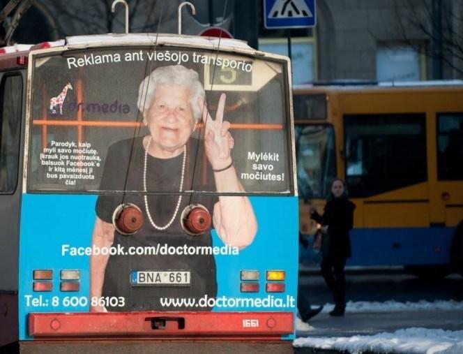 Advertising - Reklama ant viesojo transporto media Parodyk, kaip myli savo močiute. krauk jos nuotrauka, balsuok Facebook'e ir kita ménesi j bus pavaizduota čia! Mylėkit savo močiutes! Facebook.com/doctormedia BNA 661 www.doctormedia.lt Tel.:8 600 86103 I661