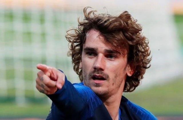 optical illusion Antoine Griezmann pointing with a tiny hand