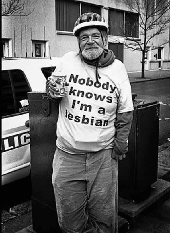 Standing - Nobody knows I'm a lesbian 02S00 LIC