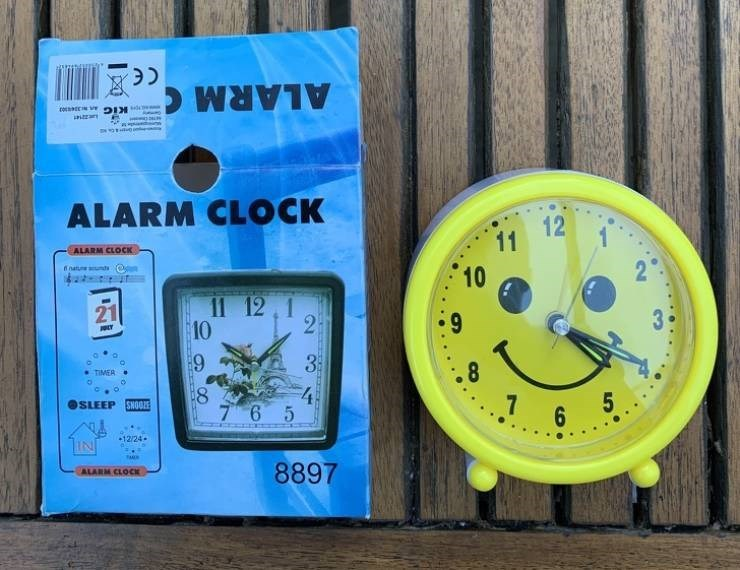 false advertisement - Clock - ALARM ALARM CLOCK 11 12 10 ALARM CLOCK Tnatue unds 11 12 1 21 9 2 10 33 4 7 6 5 .8 TIMER 8 .7 6 5 OSLEEP SNOO 12/24 8897 ALARM CLOCK