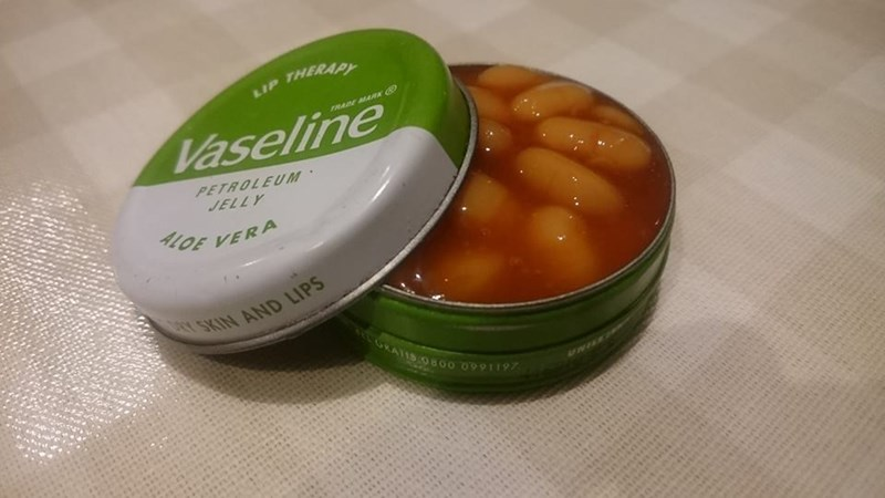 Food - LIP THERAPY RADE MARK G Vaseline PETROLEUM JELLY ALOE VERA Y SKIN AND LIPS SRATIS O800 09911197