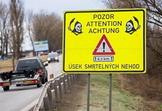 Motor vehicle - POZOR ATTENTION ACHTUNG t4.5 km t ÚSEK SMRTELNÝCH NEHOD