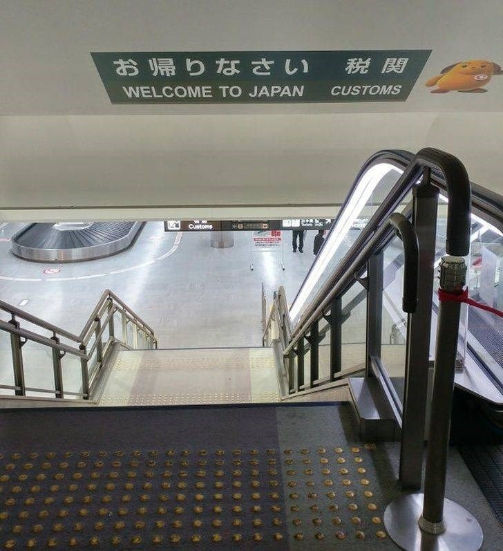 weird japan - Escalator - お帰りなさい CUSTOMS WELCOME TO JAPAN Custome