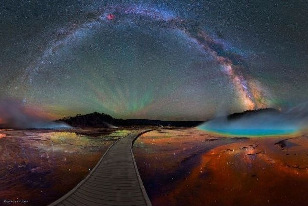 photo milky way over yellowstone national park