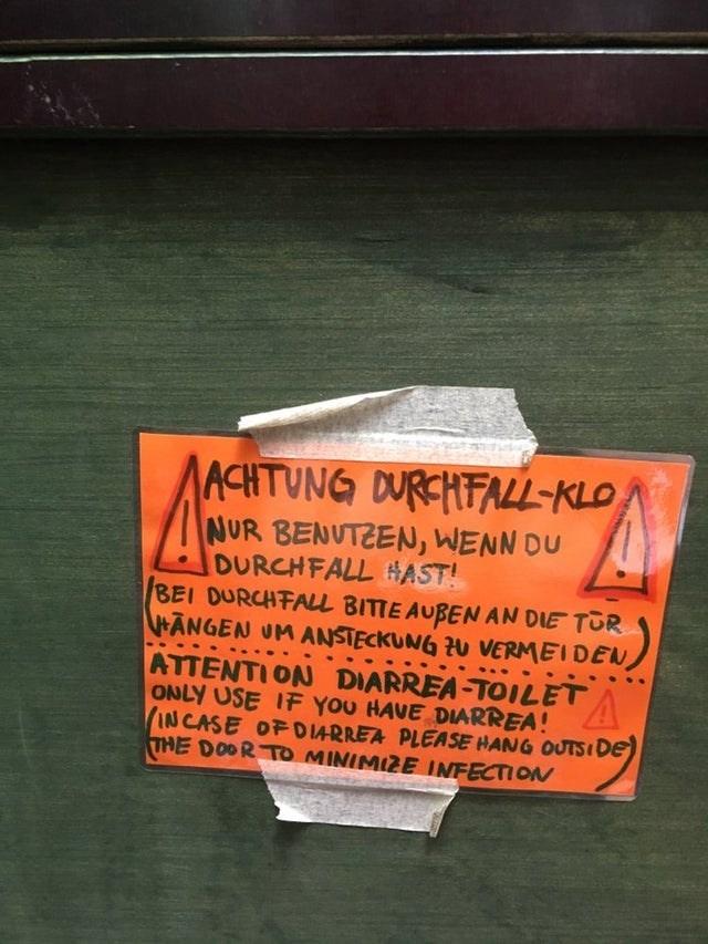 Text - ACHTUNG DURCHFALL-KLO NUR BENUTZEN, WENN DU DURCHFALL HAST! BEI DURCHFALL BITTE AUBENAN DIE TOR ANGEN UM ANSTECKUNG U VERMEIDEN, ATTENTION DIARREA-TOILET ONLY USE IF YOU HAVE DIARREA! IN CASE OF D14RREA PLEASE HANG OUTSIDE THE DOOR TO MINIMIZE INFECTION
