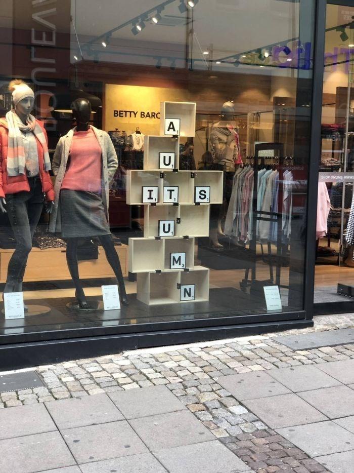 Display window - BETTY BARC A SALE U, SHOP ONLIN www I T S. U M, N. anrEA