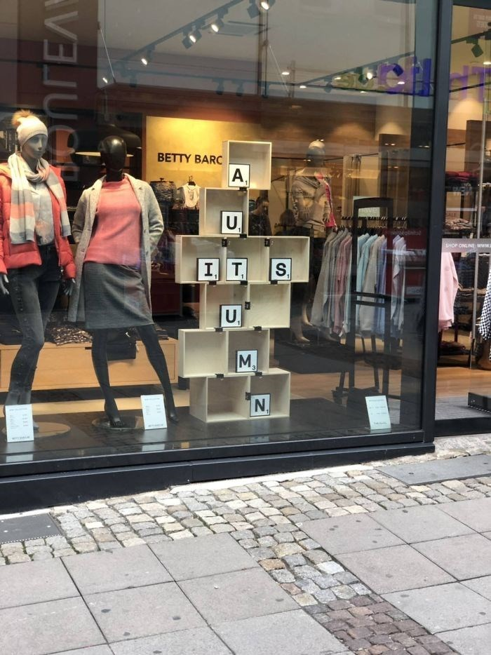 Display window - BETTY BARC A SALE U, SHOP ONLIN www I T S. U M, N. anrEA