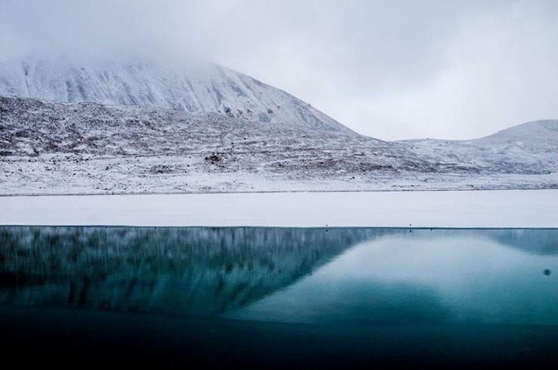 photo snowy mountains blue frozen lake sikkim india