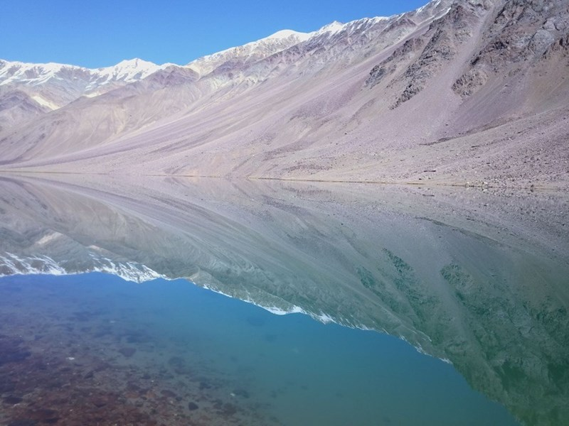 chandra taal lake reflection mountain in water india himalayas