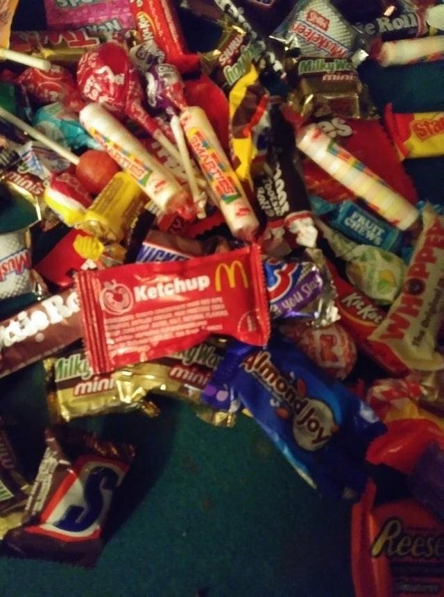 Confectionery - MUsketeer MillayWa Ne Rol Sta ARTIES minis FRUIT CHEWS KicKae KetchupY you Slay 3R yWar Tilke mini mini Pees TooLS oll GMARTIES WHOPP AOn Joy