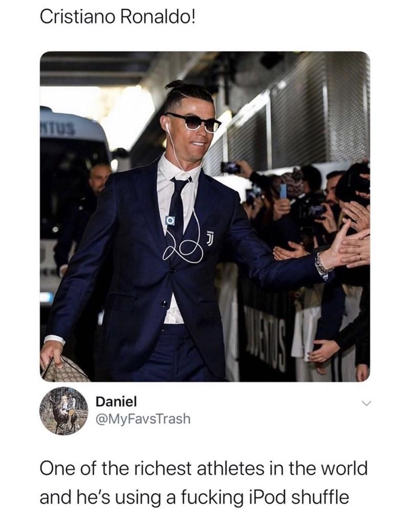 Eyewear - Cristiano Ronaldo! NTUS Daniel @MyFavsTrash One of the richest athletes in the world and he's using a fucking iPod shuffle