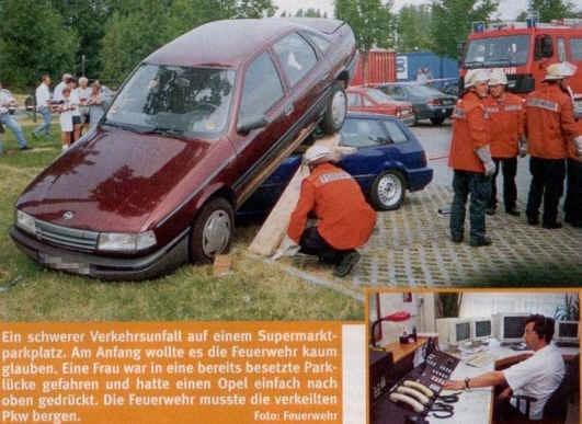 Land vehicle - Ein schwerer Verkehrsunfall auf einem Supermarkt- parkplatz. Am Anfang wollte es die Feuerwehr kaum glauben. Eine Frau war in eine bereits besetzte Park- lücke gefahren und hatte einen Opel einfach nach oben gedrückt. Die Feuerwehr musste die verkeilten Pkw bergen. Foto: Feuerwehr