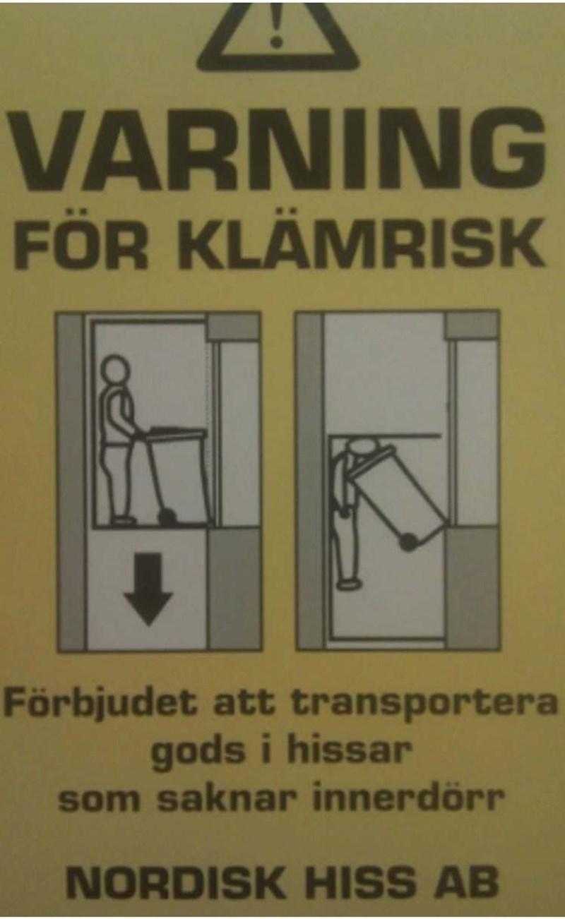Text - VARNING FÖR KLÄMRISK Förbjudet att transportera gods i hissar som saknar innerdörr NORDISK HISS AB