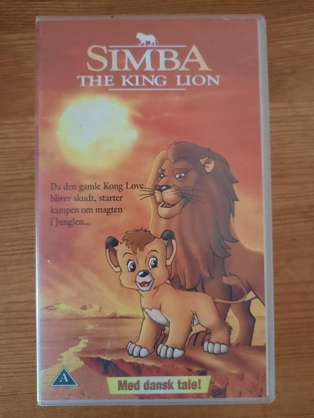 Lion - SIMBA THE KING LION Da den gamle Kong Løve bliver skudt, starter kampen om magten i Junglen.. Med dansk tale!