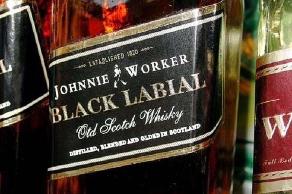 Liqueur - 40e ESTABLISHED 1820 0 JOHNNIE BLACK LABIAL Cad Soctch Whisky WORKER DISTILLED, LENDED AND OLDEDN BOOTLAND Tull Bed