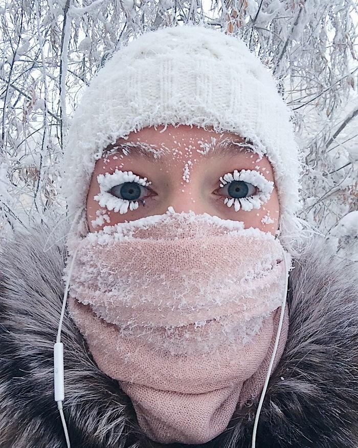 photo girl in oymyakon frozen eyelashes winter snow