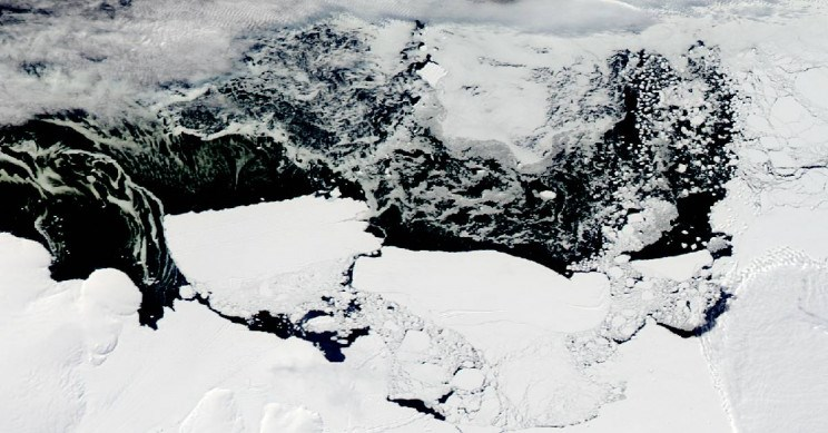 A polynas ice hole was discovered in the center of Antarctica
