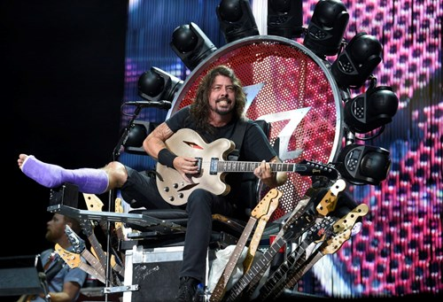Dave Grohl,throne,broken leg,foo fighters,leg